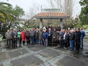Foto de familia no monumento ao camiñante descoñecido